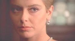 エミリオをきっと睨むパトリシア