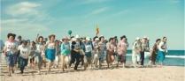 浜辺を走る婚活イベントに集まった人たち.