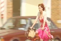 自転車を走らせるライラ