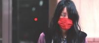 不気味に赤いマスクをしているA子