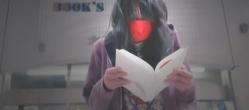 本を読んでいるA子