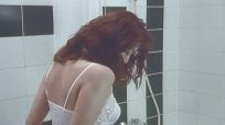 シャワーを浴びようとするレイ