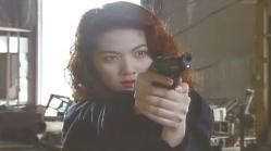 銃を向ける0課の女刑事・レイ