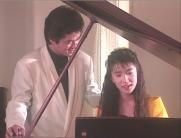 ピアノを弾いている良子
