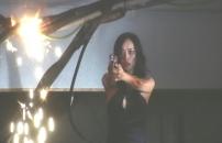 銃を構える女優・土屋名美