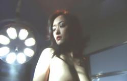 裸にされている名美