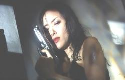 銃を構えている女優・名美