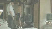 娘の裸を見つめ