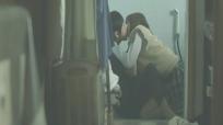 キスをする二人