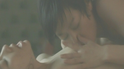 裸で九の乳房を愛撫している屋島