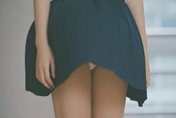 ふわっと舞い上がる胡桃のスカート.