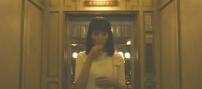 ホテルのエレベーターの中で金平糖を食べる繭子