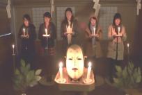 儀式に参加する女子大生たち