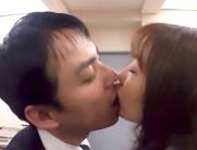 社内でキスする二人.
