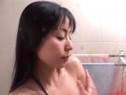 気持ちよくシャワーを浴びているめぐみ