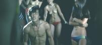 上半身裸の女たちに囲まれて笑われている一郎