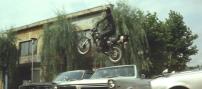 車を飛び越えるバイク