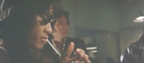 タバコに火を点ける鳴海