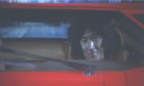 車に乗りながら笑う朝倉