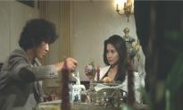 京子と食事している朝倉.