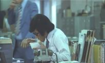 自分のディスクでラーメンを食べる朝倉