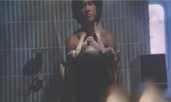 京子を抱いている朝倉