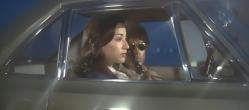 鳴海と車にいる美沙子