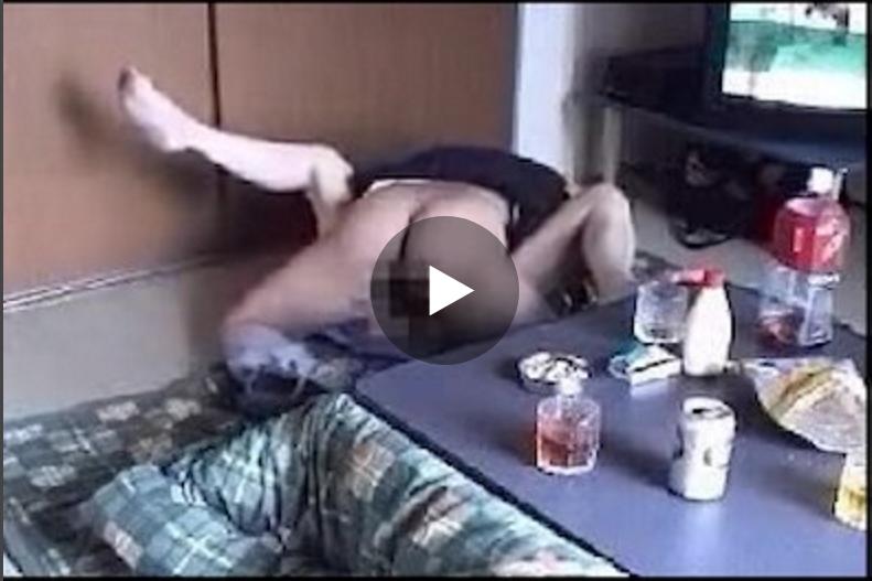 【母子相姦動画】酒飲んで理性の抑制が効かなくなった母親と息子が近親相姦SEXしてしまう例の危険盗撮映像!
