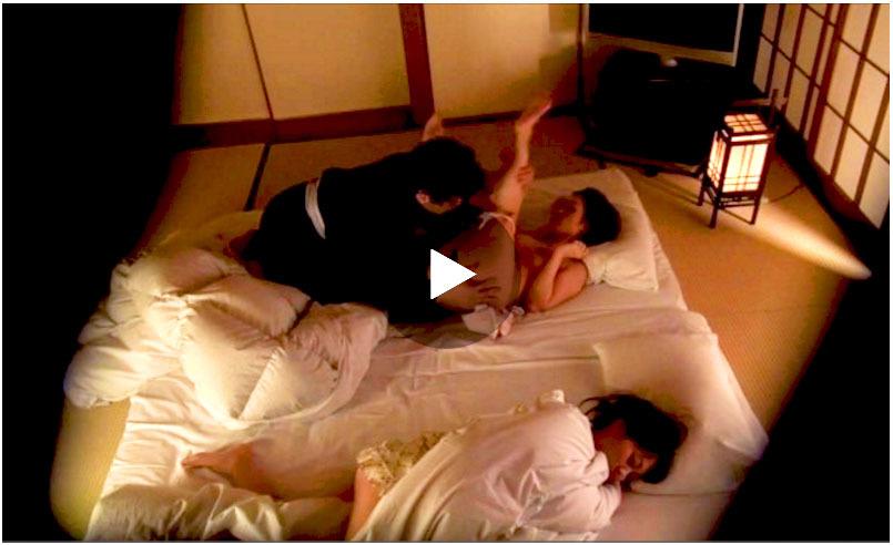 【素人】美しいにも程がある四十路美熟女の人妻が娘が寝ているすぐ側で他人棒に寝取られて絶頂アクメ!