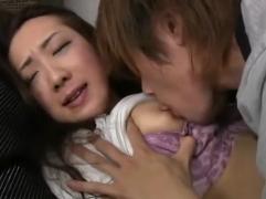 【母子相姦動画】無理やり押し倒されて拒んでも止まらない欲情した息子にピストンされまくって中出しされる美母
