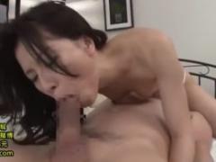 【母子相姦動画】四十路美熟女の母親が息子の野太いチ●ポの快感に酔いしれて中出しされまくってる!井上綾子