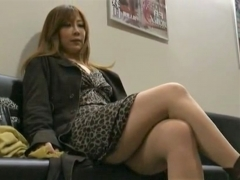 映画館の待合室で性欲欲処理の男を物色する人妻