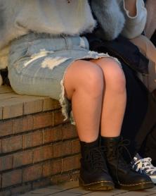 デニムミニのむっちり生脚