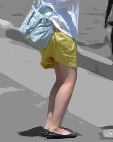 生脚にタイトなミニスカート