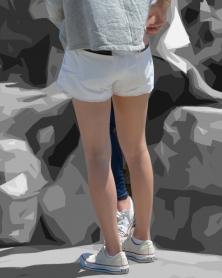 綺麗な生脚に履くホワイトデニムのショーパン