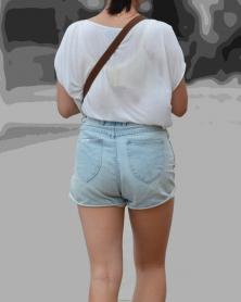 Tシャツの背中から透けるデカB