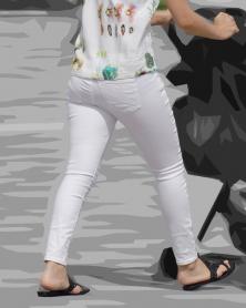 ぴったりタイトなホワイトパンツ