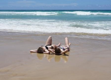 浜辺で寝そべるビキニギャル