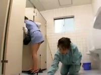 レズビアンOLが掃除のおばさんを襲って顔面騎乗位で汚物を発射させ飲ませちゃうwww