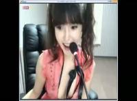 【韓国erosu無料動画】韓国お姉さんの普通のライブチャット配信かと思ったらいきなり服を脱ぎ始めて・・オナニーを初めちゃったぞww