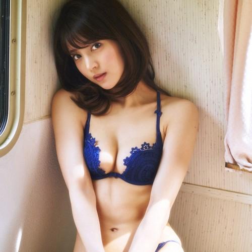 元おはガール 麻亜里 上品で色っぽいな青のランジェリーグラビア(佐々木望 似のモデル)
