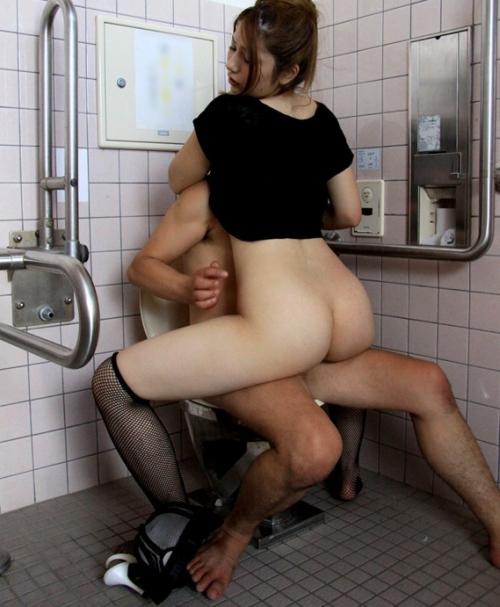 トイレでセックス 33