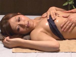 【さとう遥希のオナニー・潮吹き動画】さとう遥希 エロエロマッサージ師のエロテクに負けて生挿入中出しされる巨乳おっぱい素人妻を隠し撮りの隠し撮り動画
