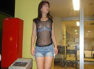 乳首透け透けやんwww全裸露出よりもエロいシースルー露出の変態女wwww
