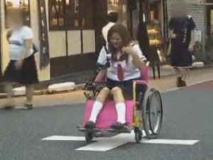 羞恥と快感で潮吹きながら街を行く電マ車椅子