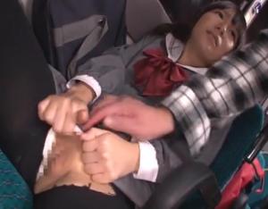 痴 漢に寸止めされすぎて自分から手マンをおねだりするようになってしまった女の子