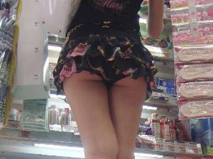 【ミニスカ】フリルの付いたミニスカートのパンチラの見えやすさが異常wwww