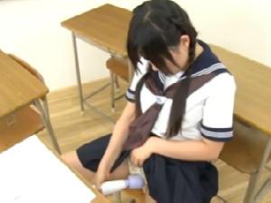 セーラー服女子高生が授業中机にマンコをこすり付けたり電マオナニー