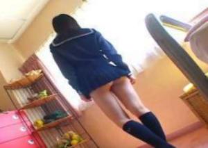 可愛らしいショートカットヘアのjkが超激ミニスカート姿で常にパンチラしちゃってる着エロ映像