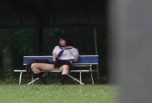 誰もいないと思って公園のベンチでオナニーをし始めるロリな黒髪ショートカットJK
